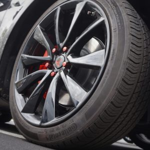 black wheels red lugnuts for tesla calchrome