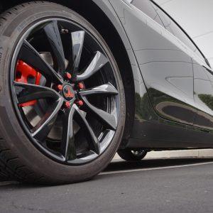 black wheels red lugnuts for tesla calchrome black wheels 2
